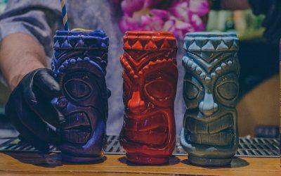 Tiki mug sul bancone di un bar