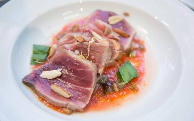 Un piatto a base di tonno rosso scottato con pomodoro