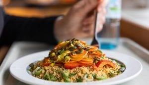Un piatto vegano della mensa universitaria di Berlino, con burgul, zucca e semi di zucca