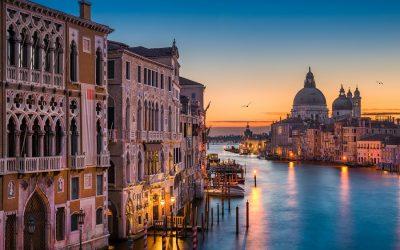 Canal Grande al tramonto con vista sulla Basilica di Santa Maria della Salute a Venezia