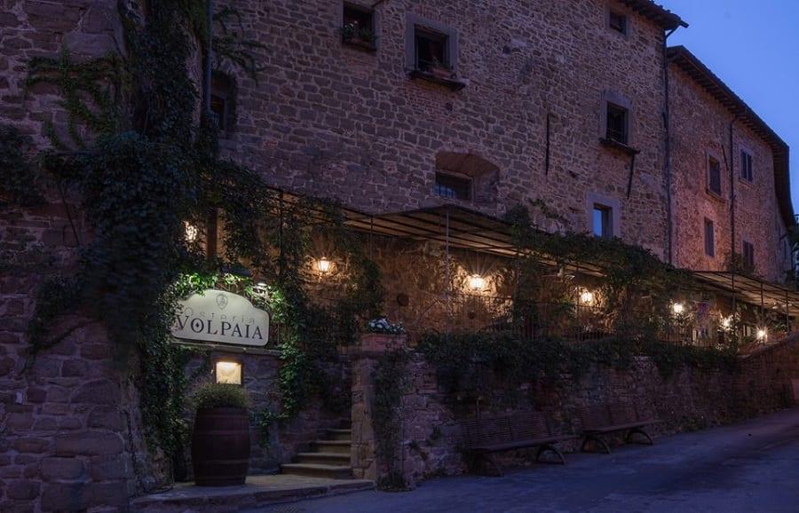 Osteria Volpaia, l'esterno in pietra, di sera