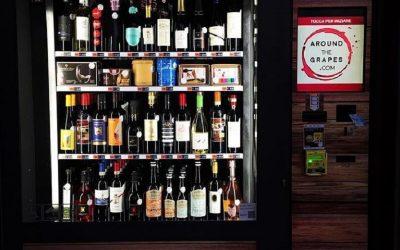 Un distributore automatico di vini di notte