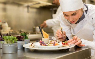 Una giovane chef in cucina