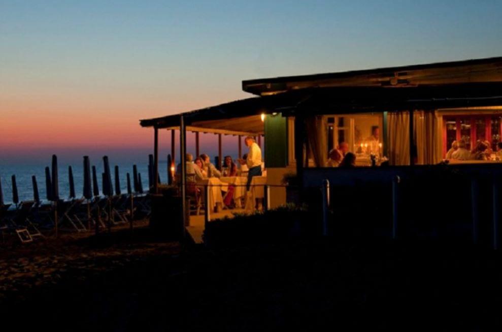La Pineta sulla spiaggia di Marina di Bibbona, al tramonto